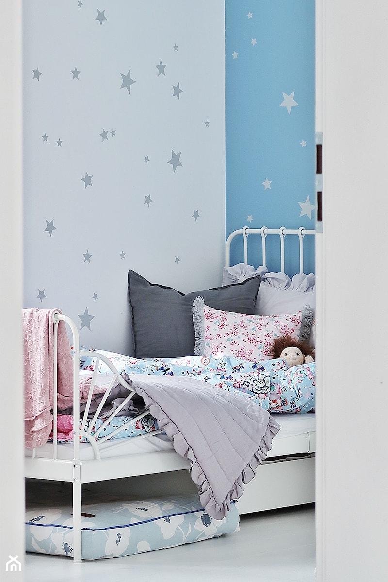 Aranżacje wnętrz - Pokój dziecka: Wywiad - Mały biały niebieski pokój dziecka dla dziewczynki dla malucha, styl minimalistyczny - czarnaewcia.pl. Przeglądaj, dodawaj i zapisuj najlepsze zdjęcia, pomysły i inspiracje designerskie. W bazie mamy już prawie milion fotografii!