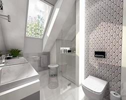DOM W GŁOGOWIE - Średnia biała szara łazienka na poddaszu w domu jednorodzinnym z oknem, styl glamour - zdjęcie od Boskie Wnetrza i Ty