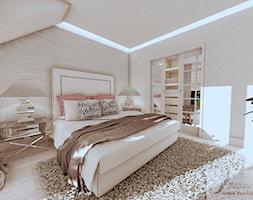 ARANŻACJA DOMU W GŁOGOWIE 1 - Średnia beżowa sypialnia małżeńska na poddaszu z garderobą, styl art deco - zdjęcie od Boskie Wnetrza i Ty