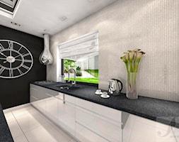 ARANŻACJA SALONU Z ANTRESOLA - Średnia otwarta szara kuchnia jednorzędowa w aneksie z wyspą z oknem, styl glamour - zdjęcie od Boskie Wnetrza i Ty