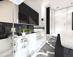 DOM W STYLU GLAMOUR - Duża biała czarna sypialnia małżeńska na poddaszu z łazienką, styl glamour - zdjęcie od Boskie Wnetrza i Ty