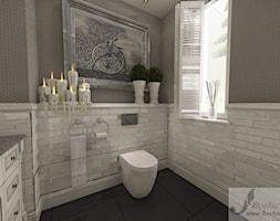 ARANŻACJA DOMU W GŁOGOWIE 1 - Mała szara łazienka na poddaszu w bloku w domu jednorodzinnym z oknem, styl art deco - zdjęcie od Boskie Wnetrza i Ty