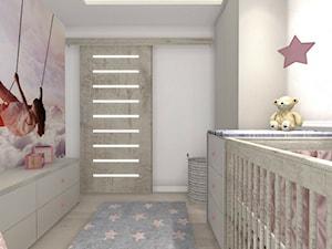 Pokój dziecka/dziewczynki - Średni szary pokój dziecka dla dziewczynki dla ucznia dla niemowlaka, styl nowoczesny - zdjęcie od SC Pracownia Aranżacji Wnętrz