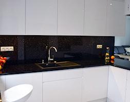 Metamorfoza kuchni i salonu - Mała otwarta czarna kuchnia w kształcie litery l w aneksie, styl nowoczesny - zdjęcie od KANIA architektura&budownictwo