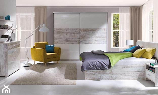 żółty fotel, beżowy dywan, biała lampa podłogowa, nowoczesna sypialnia