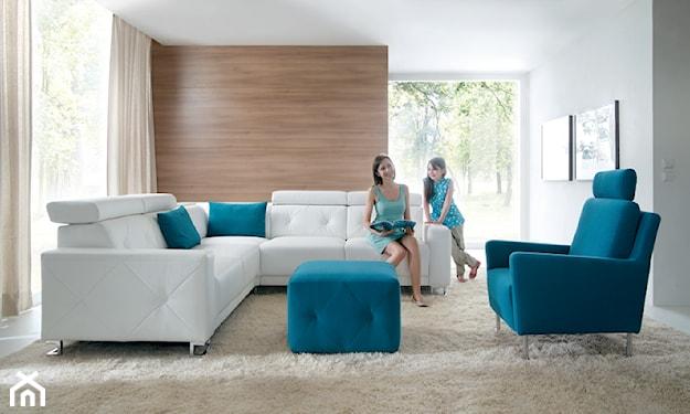 biały narożnik, niebieski fotel, beżowy dywan, salon nowoczesny