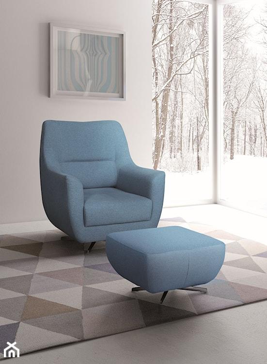 niebieski fotel, dywan w trójkąty, abstrakcyjny obraz