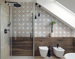 KONKURS willa w Krakowie - Mała biała łazienka na poddaszu w domu jednorodzinnym z oknem, styl eklektyczny - zdjęcie od double look design