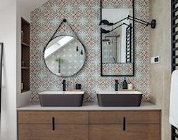 willa w Krakowie - Średnia biała kolorowa łazienka na poddaszu w domu jednorodzinnym z oknem, styl eklektyczny - zdjęcie od double look design