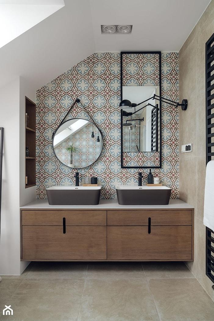 willa w Krakowie - Średnia biała kolorowa łazienka na poddaszu w domu jednorodzinnym z oknem, styl eklektyczny - zdjęcie od double look design - Homebook