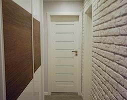 Przedpokój z białą cegłą i drewnem - zdjęcie od INDOMDESIGN