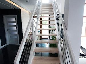 Nowoczesny minimalizm -dom pod Łodzią - Średni biały czarny hol / przedpokój, styl minimalistyczny - zdjęcie od INDOMDESIGN