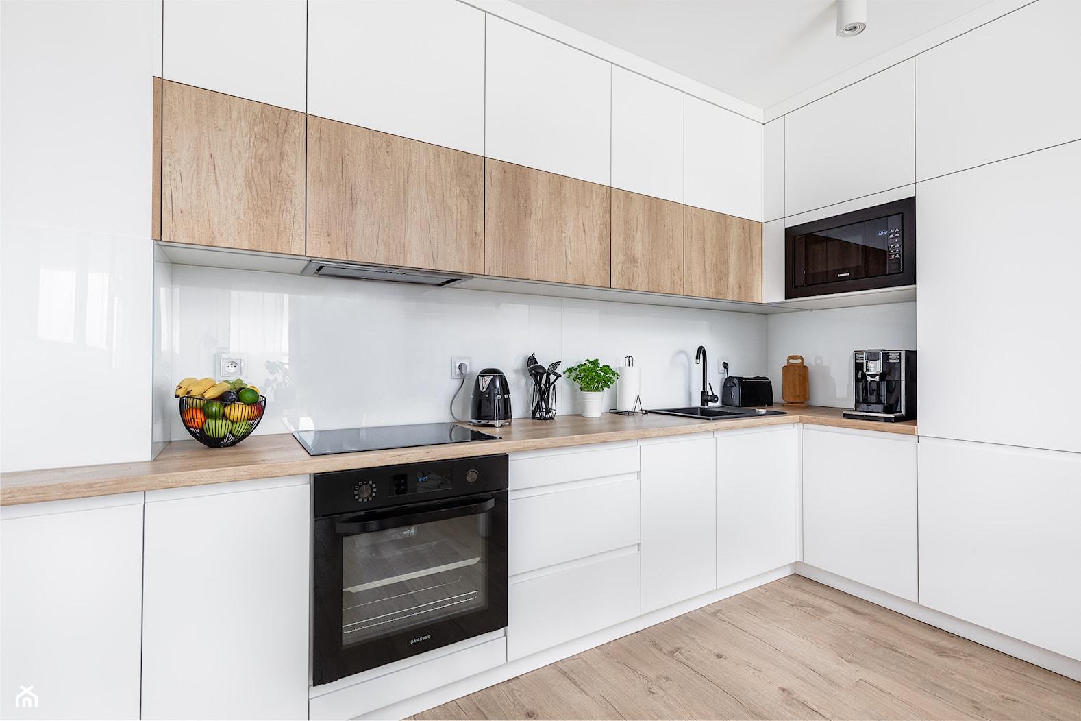 Biało-drewniana kuchnia - zdjęcie od Innerium Karolina Trojga - Homebook