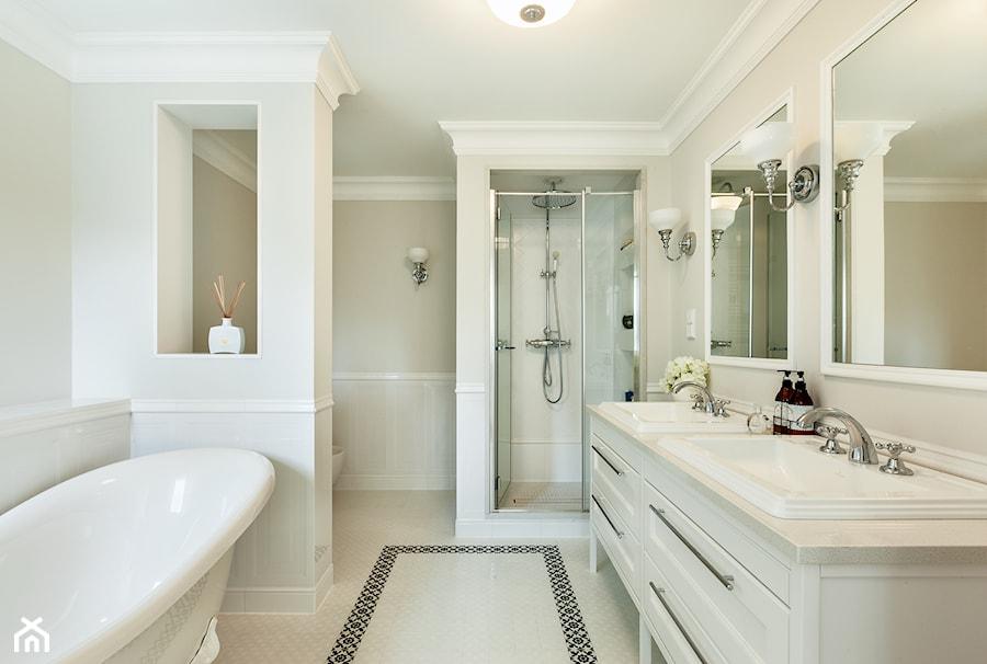 Dom w stylu nowojorskim - Średnia biała beżowa łazienka w bloku w domu jednorodzinnym bez okna, styl klasyczny - zdjęcie od Innerium Karolina Trojga
