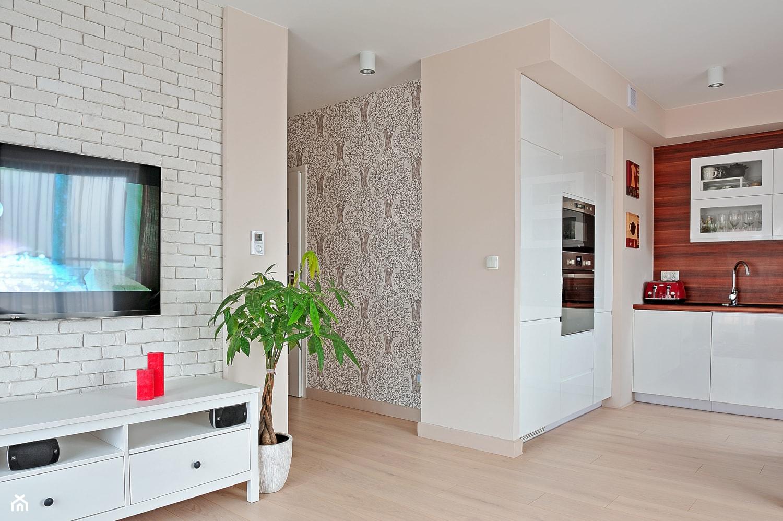 Mieszkanie w ciepłej kolorystyce - Średnia otwarta beżowa kuchnia jednorzędowa w aneksie, styl nowoczesny - zdjęcie od Innerium Karolina Trojga - Homebook