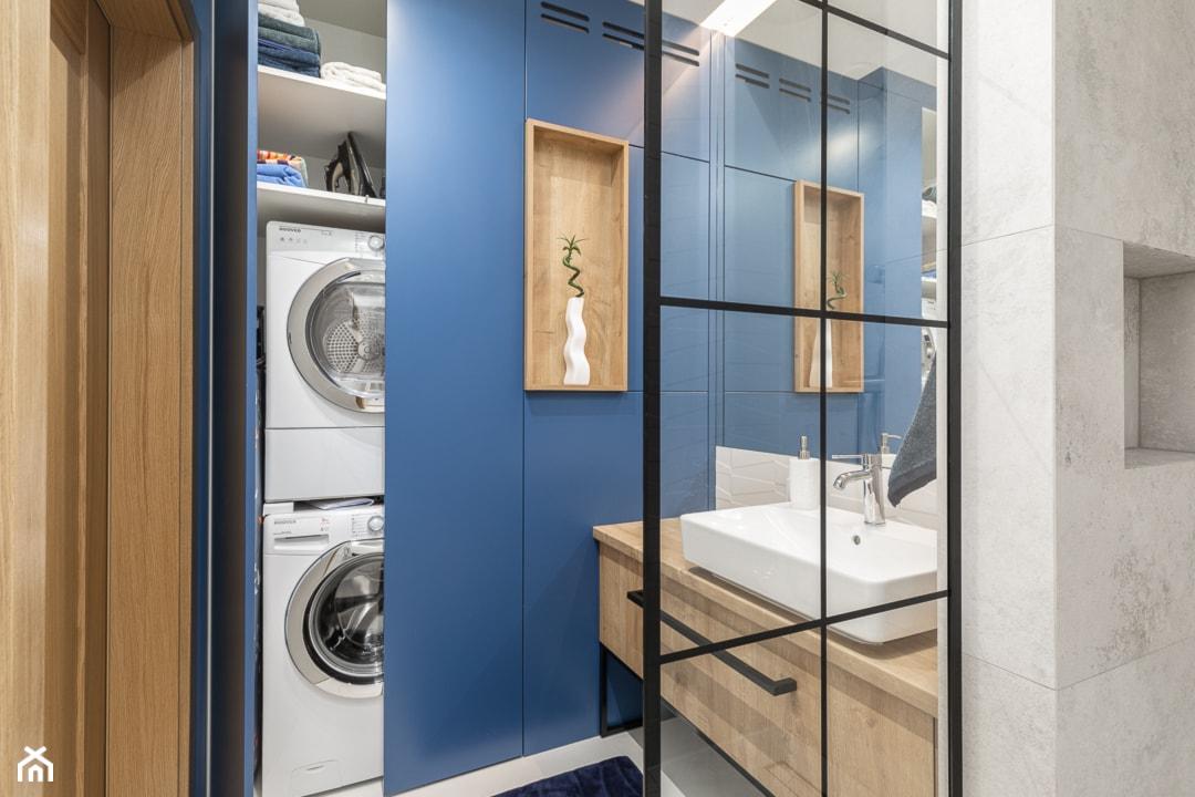 Ukryta pralka i suszarka w zabudowie w łazience - zdjęcie od Innerium Karolina Trojga - Homebook