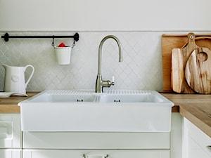 Dom w stylu nowojorskim - Biała kuchnia, styl klasyczny - zdjęcie od Innerium Karolina Trojga