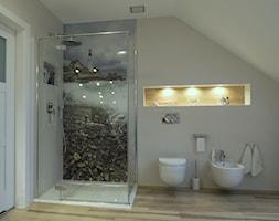 Łazienka z biokominkiem i wanną wolnostojącą - Średnia szara łazienka na poddaszu w domu jednorodzinnym, styl nowoczesny - zdjęcie od Innerium Karolina Trojga