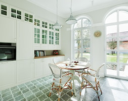 Dom w stylu nowojorskim - Duża beżowa kuchnia dwurzędowa z oknem, styl klasyczny - zdjęcie od Innerium Karolina Trojga