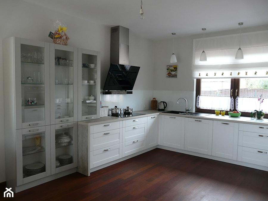 biała kuchnia, fronty z ramkamim, białe szkło lacobel   -> Kuchnia Z Frontami Szklanymi