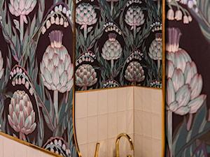 Buduarowa łazienka ze złotymi akcentami