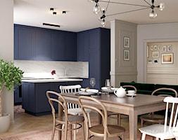 Eklektyczne wnętrze z elementami klasycznymi - Średnia otwarta szara kuchnia w kształcie litery u w aneksie z wyspą, styl klasyczny - zdjęcie od Karina Godlewska - Homebook