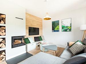 JAWORKI - Mały biały salon, styl skandynawski - zdjęcie od pigalopus