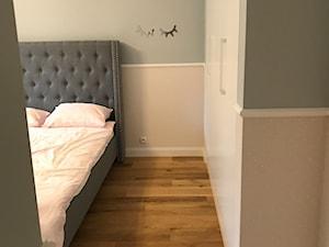 Dom jednorodzinny - Średni biały szary pastelowy różowy pokój dziecka dla dziewczynki dla nastolatka, styl klasyczny - zdjęcie od muale