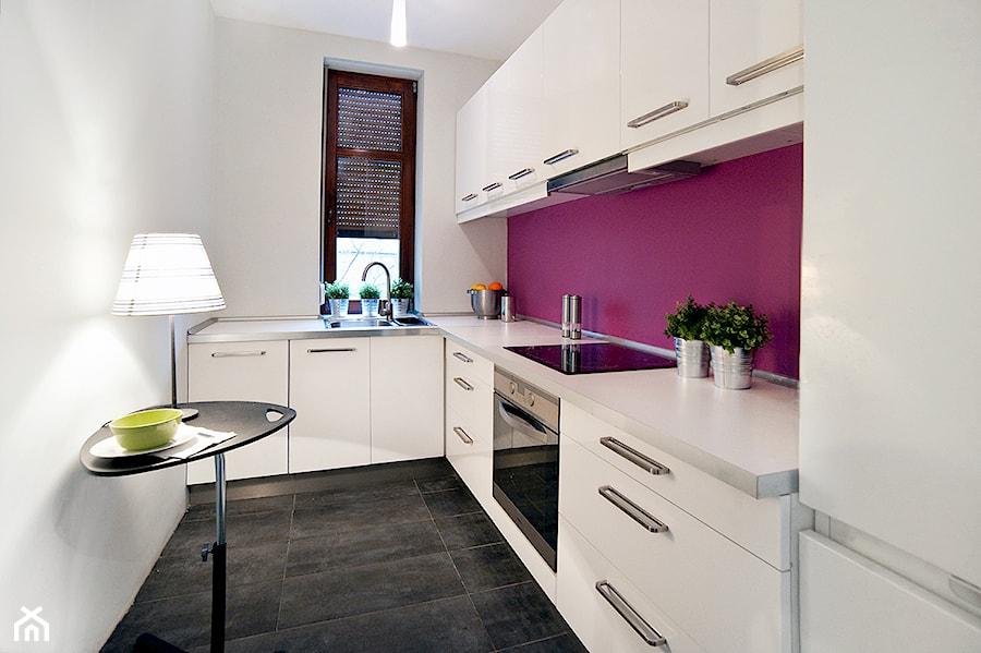 Przygotowanie mieszkania do wynajęcia _ Poznań Grunwald - Mała zamknięta wąska biała fioletowa kuchnia w kształcie litery l, styl nowoczesny - zdjęcie od re-ARCH Home Staging
