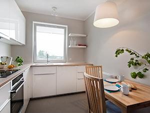 Mieszkanie do wynajęcia_Poznań - Średnia zamknięta beżowa kuchnia w kształcie litery l, styl skandynawski - zdjęcie od re-ARCH Home Staging