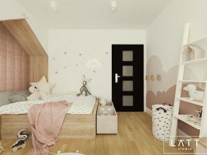 Dom jednorodzinny II - Konstancin - Mały biały szary brązowy pokój dziecka dla dziewczynki dla malucha, styl skandynawski - zdjęcie od LÄTT Studio Wnętrz