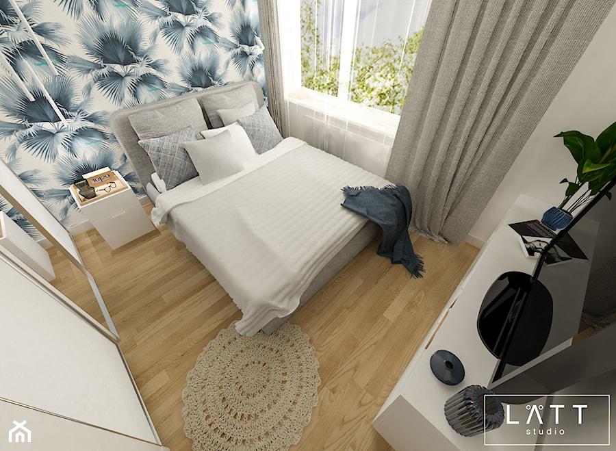 Dom jednorodzinny II - Konstancin - Mała biała niebieska sypialnia małżeńska, styl nowoczesny - zdjęcie od LÄTT Studio Wnętrz