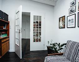 minimalistyczny loft w starej kamienicy - Średnie białe biuro domowe na poddaszu w pokoju, styl vintage - zdjęcie od nofo