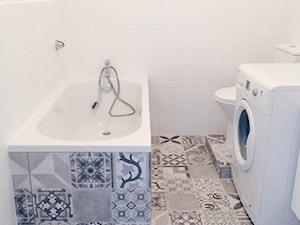Kawalerka na wynajem wykończona za 13,5tys - Mała biała łazienka w bloku w domu jednorodzinnym bez okna, styl skandynawski - zdjęcie od nofo