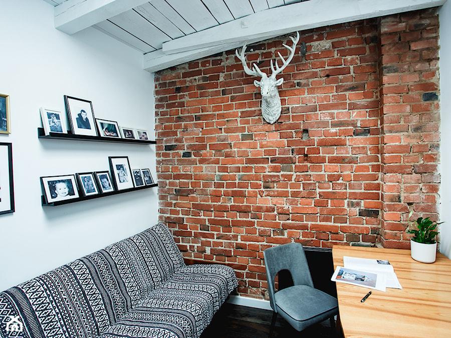 minimalistyczny loft w starej kamienicy - Małe białe biuro domowe kącik do pracy w pokoju, styl vintage - zdjęcie od nofo