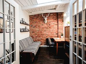 minimalistyczny loft w starej kamienicy - Średnie beżowe białe biuro domowe kącik do pracy na poddaszu w pokoju, styl vintage - zdjęcie od nofo