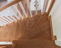 Schody+dywanowe+z+balustrad%C4%85+drewnian%C4%85+-+zdj%C4%99cie+od+Roble