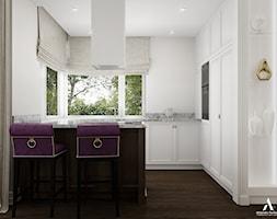 Dom w Józefowie - Mała otwarta biała kuchnia w kształcie litery g z oknem, styl tradycyjny - zdjęcie od Aleksandra Wachowicz