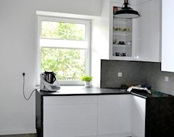 Dom w Rumi, 140m2 - Mała otwarta biała szara kuchnia w kształcie litery l dwurzędowa z oknem, styl skandynawski - zdjęcie od IDS projektowanie wnętrz - Homebook