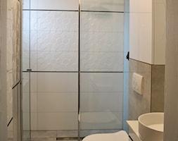 Dom w Rumi, 140m2 - Mała biała szara łazienka w bloku w domu jednorodzinnym z oknem, styl skandynawski - zdjęcie od IDS projektowanie wnętrz - Homebook