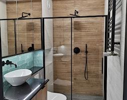 Łazienka w bloku z dużym prysznicem - zdjęcie od IDS projektowanie wnętrz - Homebook
