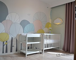 Pokój noworodka, 12m2 Wejherowo - Średni szary różowy pokój dziecka dla chłopca dla dziewczynki dla niemowlaka, styl skandynawski - zdjęcie od IDS projektowanie wnętrz
