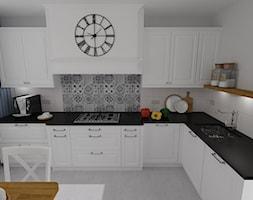 kuchnia 42 - Duża otwarta biała kuchnia w kształcie litery l z oknem, styl prowansalski - zdjęcie od projekt ka
