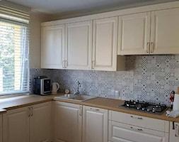 kuchnia 8 - Średnia biała kuchnia w kształcie litery l z oknem, styl prowansalski - zdjęcie od projekt ka