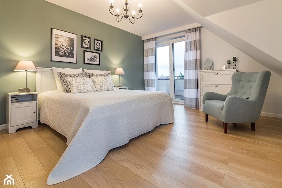 Baltazar - Duża biała zielona sypialnia dla gości na poddaszu - zdjęcie od MarcinLitwa