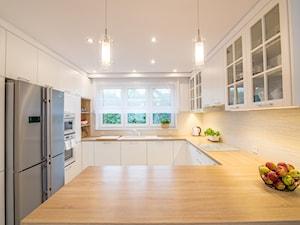 Baltazar - Duża zamknięta biała beżowa kuchnia w kształcie litery g w aneksie z oknem - zdjęcie od MarcinLitwa