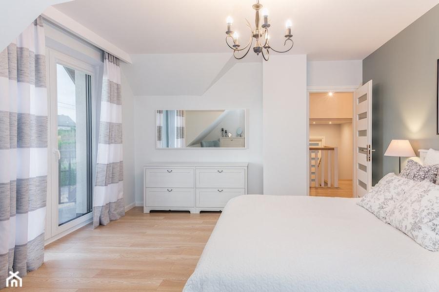 Aranżacje wnętrz - Sypialnia: Baltazar - Średnia biała szara sypialnia małżeńska na poddaszu z balkonem / tarasem - MarcinLitwa. Przeglądaj, dodawaj i zapisuj najlepsze zdjęcia, pomysły i inspiracje designerskie. W bazie mamy już prawie milion fotografii!