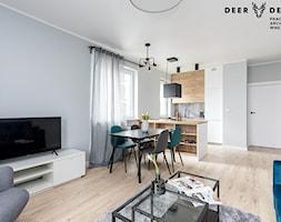 Z turkusowym akcentem - Średni szary salon z kuchnią z jadalnią, styl skandynawski - zdjęcie od Deer Design