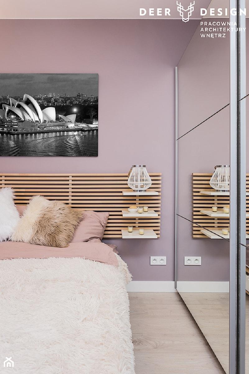 Przytulnie na Gocławku - Mała różowa sypialnia małżeńska, styl skandynawski - zdjęcie od Deer Design
