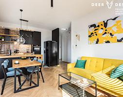 Niebanalne rozwiązania na Wilanowie - Mały biały salon z kuchnią z jadalnią, styl industrialny - zdjęcie od Deer Design